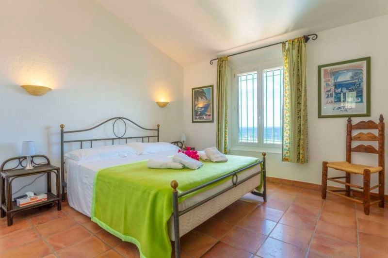 Bedroom 2 with double bed and sea view