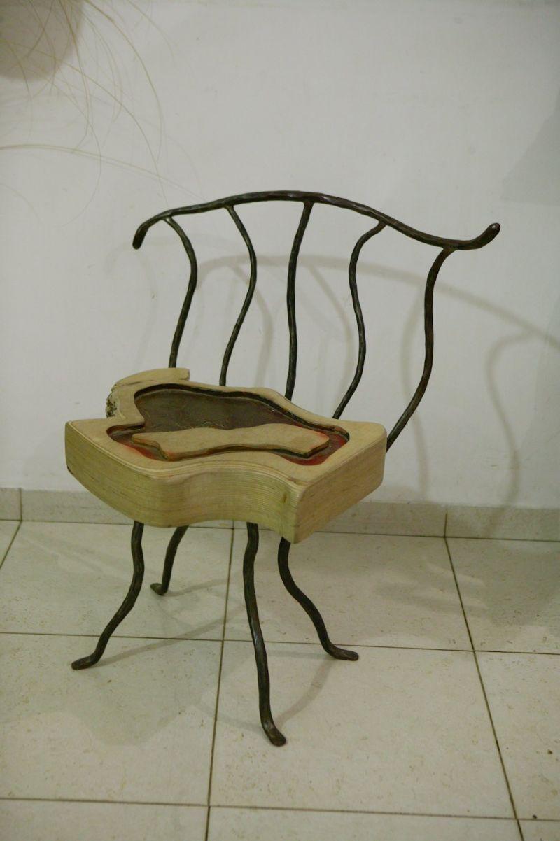 יצירה בברזל ועץ, כסא, דבורי אדלר. חלקי הברזל נעשו בסדנה תוך שימוש בטכניקות נפחות מודרנית, בעיקר חום.