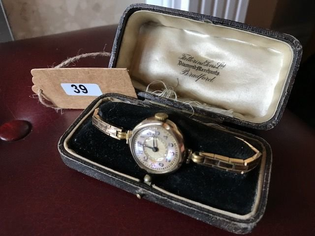 Lot 39 - 1930's 9ct Gold Ladies Wrist Watch w/Mother of Pearl - £140 to £160