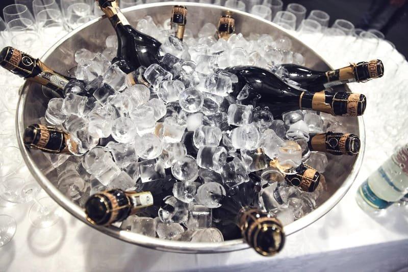 Vins, Champagnes et Bières au frais.