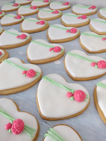 μπουφέ γάμου cookies μπισκότα από ζαχαρόπαστα λουλουδι μπουμπούκι τριαντάφυλλο, ζαχαροπλαστεία καλαμάτα madame charlotte, wedding cakes kalamata