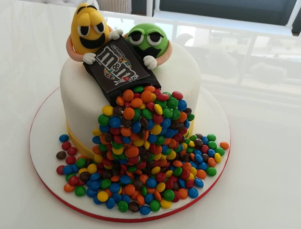 τούρτα από ζαχαρόπαστα m&m, Ζαχαροπλαστείο καλαμάτα madame charlotte, τούρτες γεννεθλίων γάμου βάπτησης παιδικές θεματικές birthday theme party cake 2d 3d confectionery patisserie kalamata