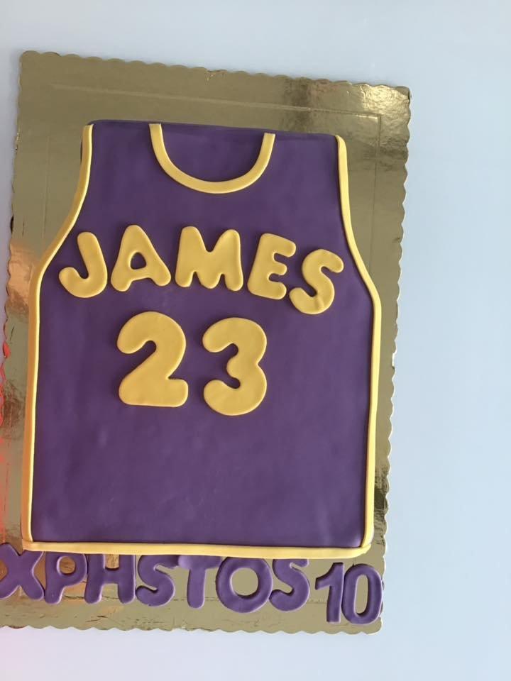 τούρτα από ζαχαρόπαστα αθλητικη φανελα μπλουζα james 23, Ζαχαροπλαστεία καλαμάτας madame charlotte, τουρτες παρτι παιδικες γενεθλιων madamecharlotte.gr birthday cakes patisserie confectionery kalamata