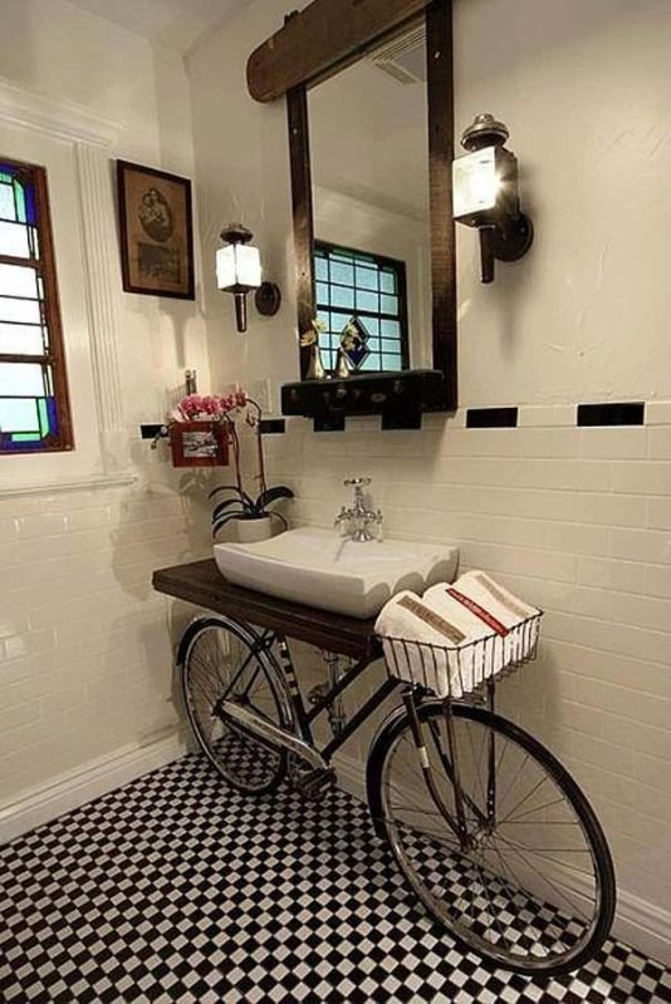אופנים ישנות יכולות להחזיק כיור באמבטיה.