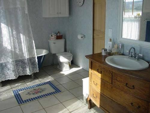 רהיט מהרחוב ששודרג לארון באמבטיה.