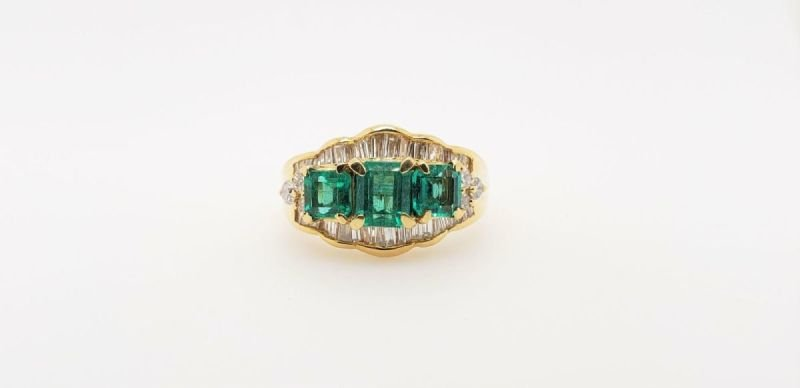 ESTATE RING WITH EMERALDS AND DIAMONDS