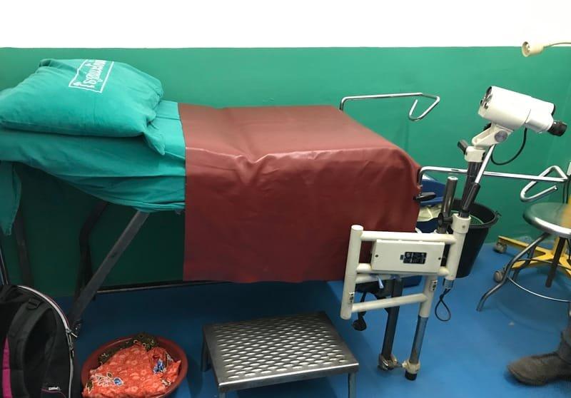Salle d'examen gynécologique avec colposcope