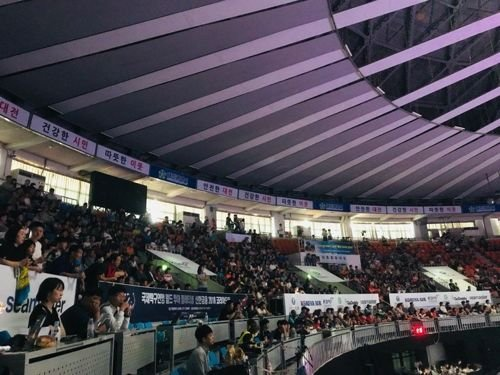 코리아오픈 탁구대회가 열린 충무체육관 관중석을 메운 관중들