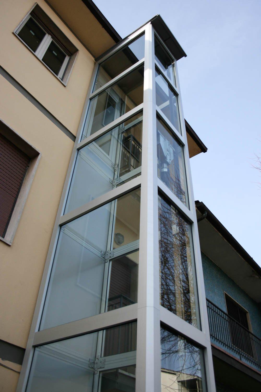 winda do domu jednorodzinnego - wewnętrzna stalowa konstrukcja malowana proszkowo szara