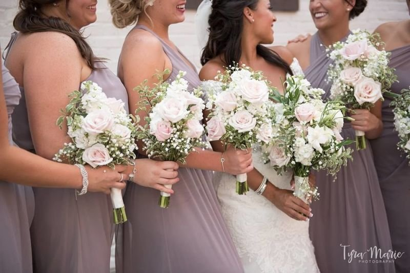 White and pink bridesmaids bouquets