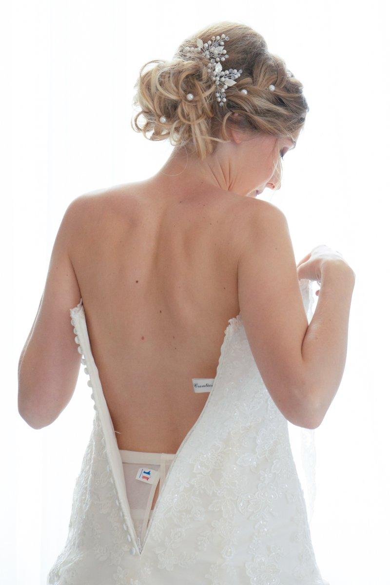 l'enfillage de la robe de mariée