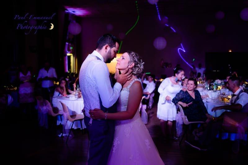 le regard amoureux du marié sur la mariée