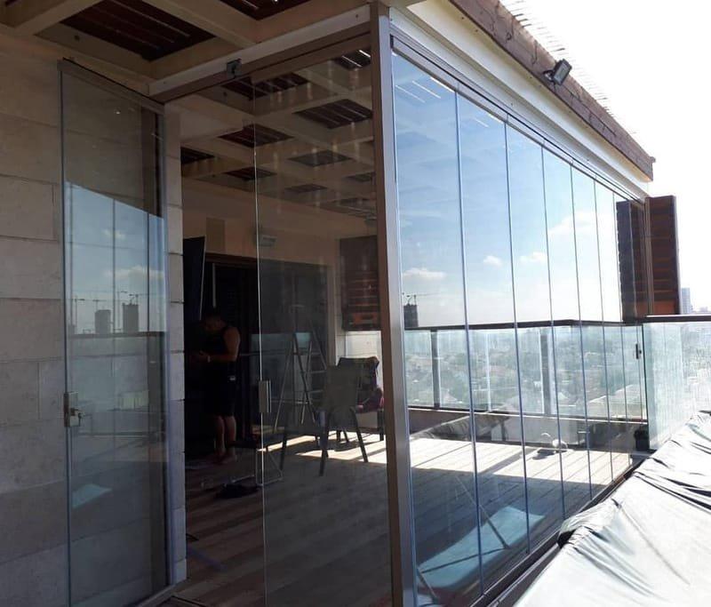 דלתות זכוכית נאספות.