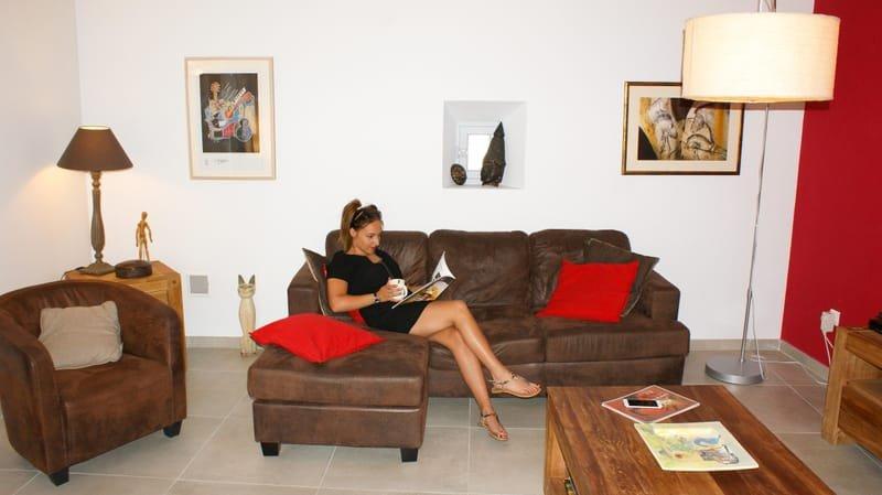 Un salon confortable avec une cheminée et coin TV.