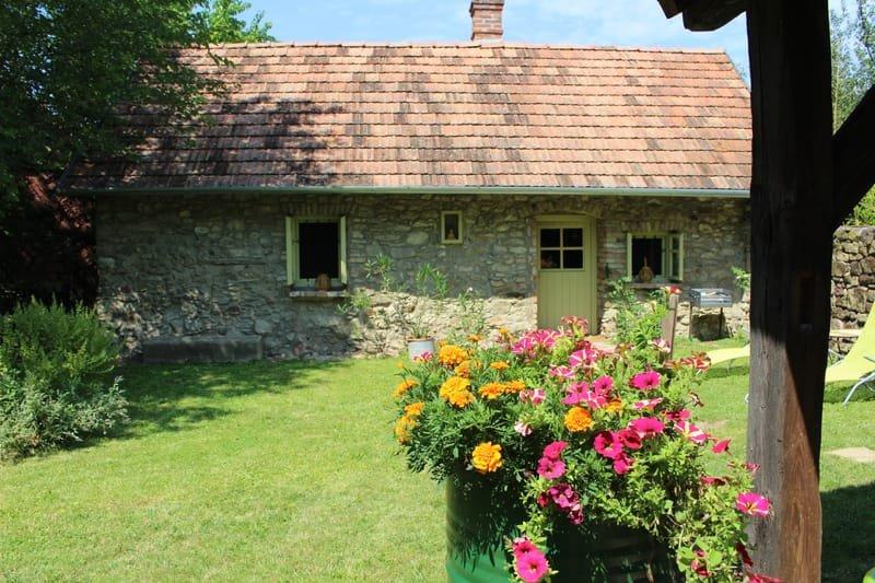 kleines Steinhaus mit Sommerküche