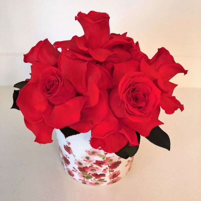 122 Red Roses in vase with Red flowers