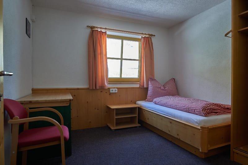 Einzelzimmer mit warm und kalt Wasser