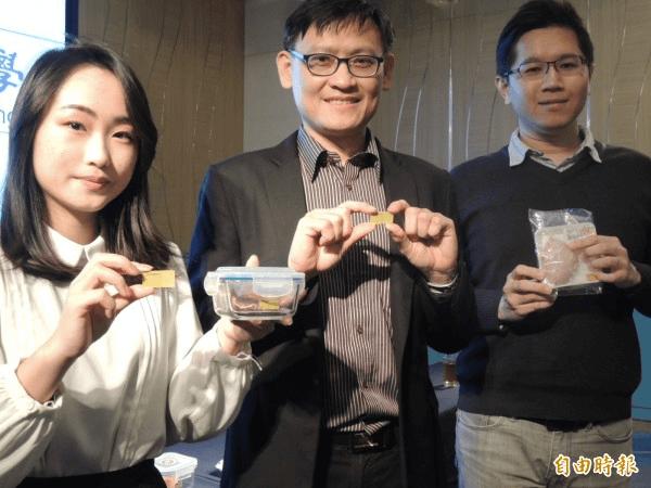 高雄大學化學工程及材料工程研發團隊,開發「肉品新鮮度感測變色貼片」。(記者蔡清華攝)