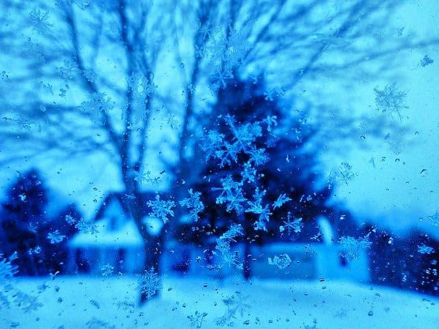 פתיתי שלג על חלון