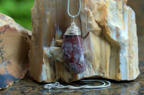 stone pendant red veins pattern running in all direction