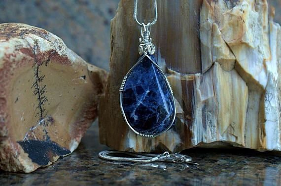deep blue mineral pendant with white lines