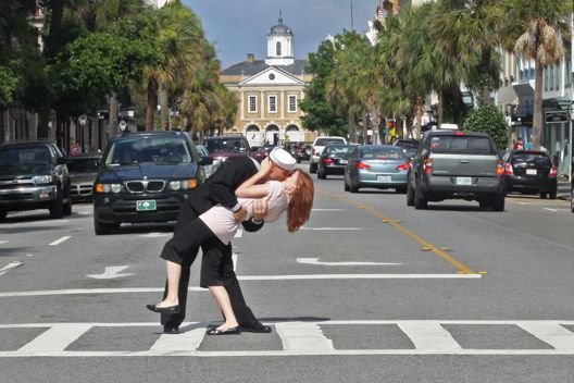 Charleston engagement kiss on Broad Street