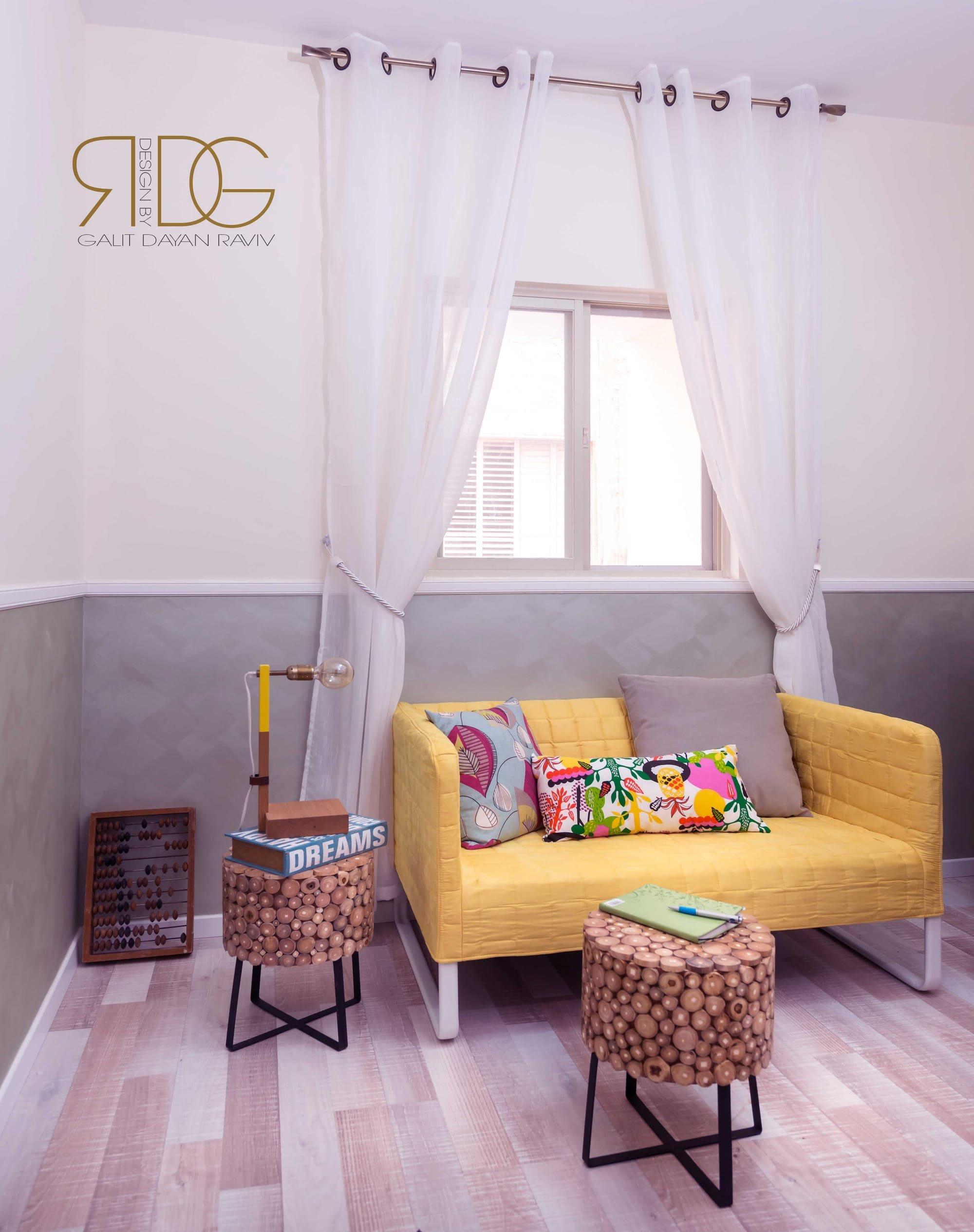 שלוב צבע וקרניזים בחדר אורחים
