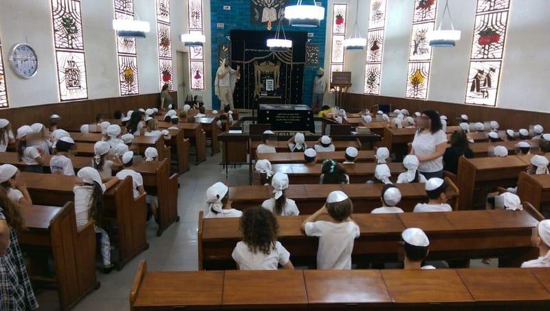 מפגש והצגה עם ילדי כיתה א' בבית הכנסת לכבוד החג