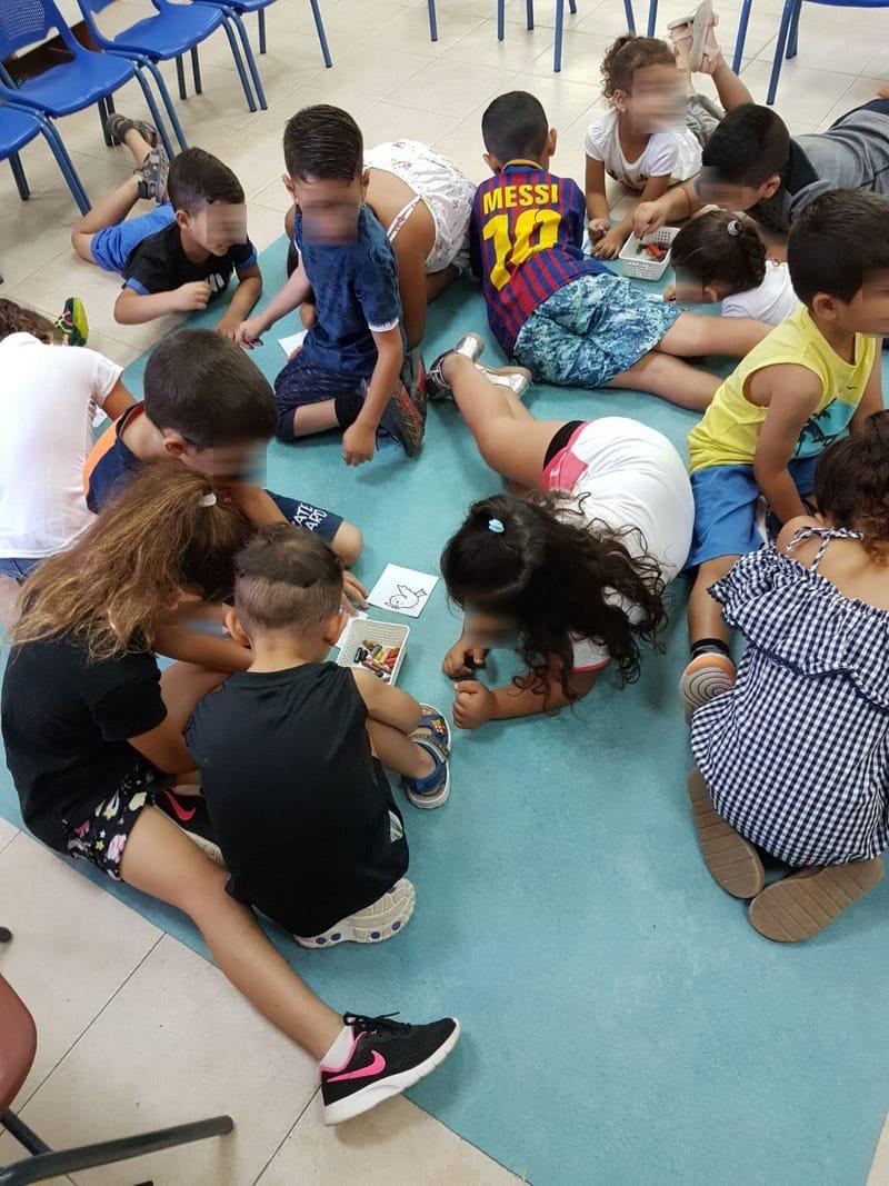 היום חוג בנושא אחדות ושיתוף פעולה. בסוף המפגש כל ילד קיבל חלק קטן מציור ויצרנו בייחד עולם יפה יותר