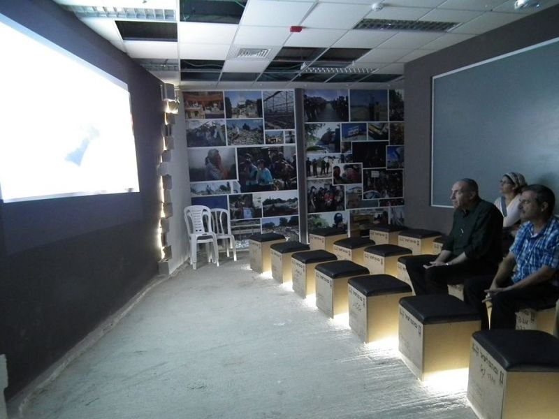 עיצוב מושבי צפיה במדיה בהשראת ארזים אותנטיים