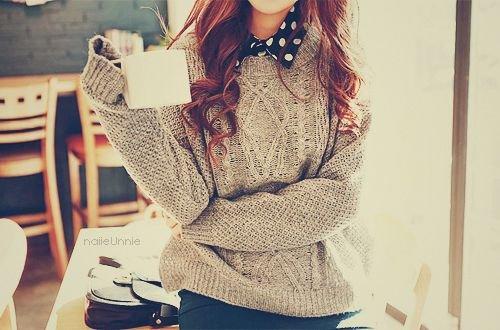 Фото девушки в свитере на аву
