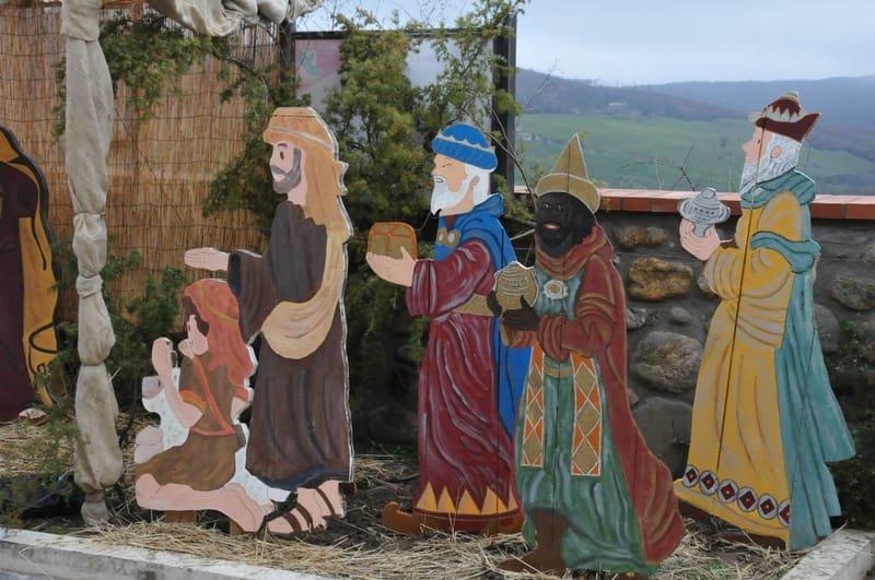 Nel corso dell'installazione, al pastore adorante con bambino, si sono aggiunti i Re Magi