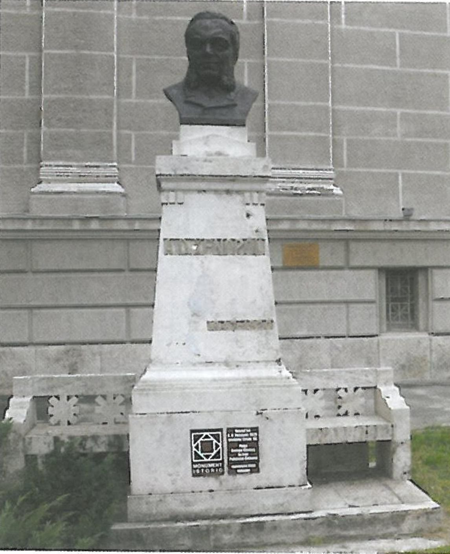 Alexandru D.Xenopol szobra az aradi kulturpalota elott