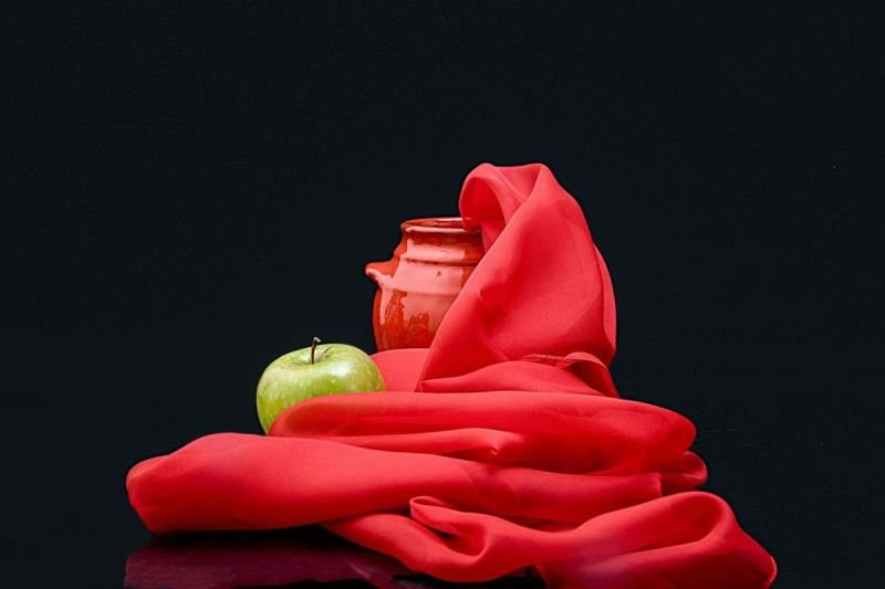 Colour 2: red with apple